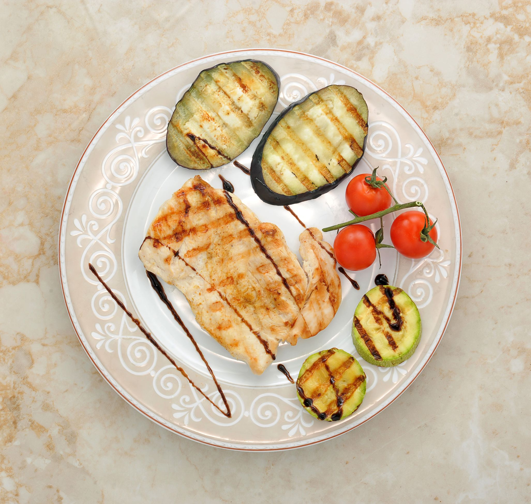 Picture of a plate with grilled chicken and grilled vegetables